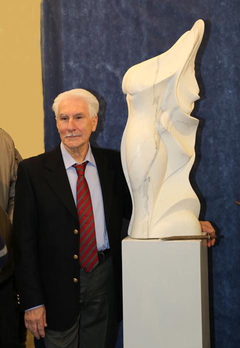 """accanto alla scultura in marmo di Carrara """"Polena"""""""