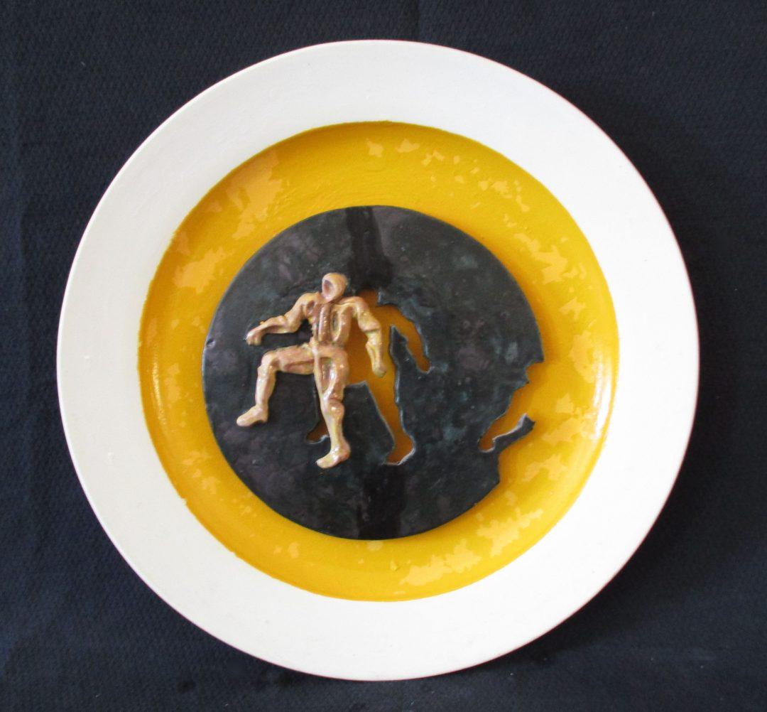 Figura gialla su disco nero