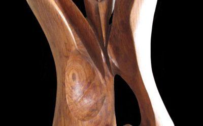 Una scultura in legno di castagno